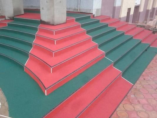 Красно-зеленая резиновая крошка для лестниц