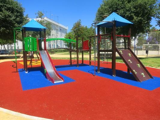 Красно-синее резиновое покрытие для детских площадок
