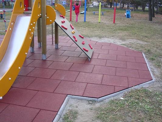 Бордовая резиновая плитка для детской площадки
