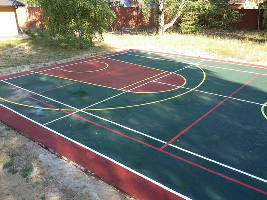 Бордово-зеленое резиновое покрытие для игровых площадок